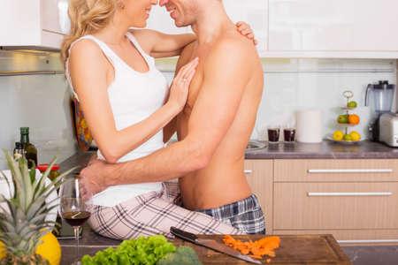 haciendo el amor: Pareja haciendo en la cocina Foto de archivo