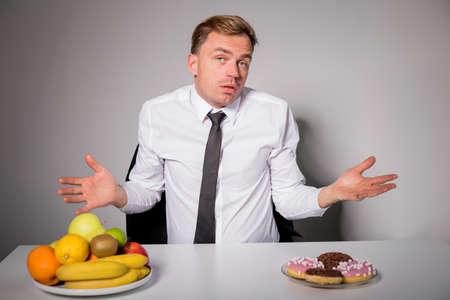 comida rica: Sirva elegir entre alimentos saludables y no saludables