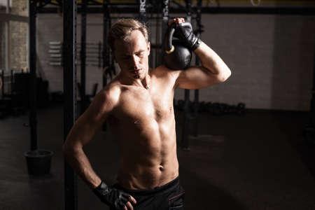 levantando pesas: Hombre de la aptitud levantamiento de pesas