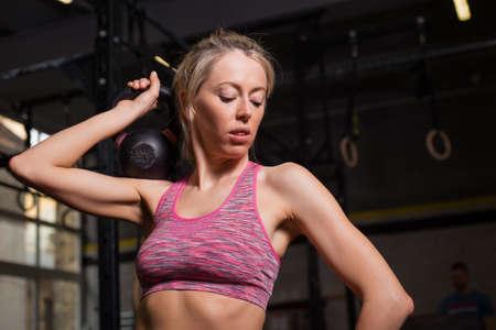 levantando pesas: los pesos de ajuste elevaci�n de la mujer Foto de archivo