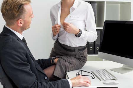 Secretario abriendo su blusa