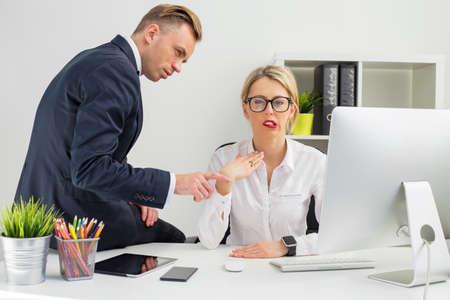 Werknemer wordt geïrriteerd door haar baas Stockfoto