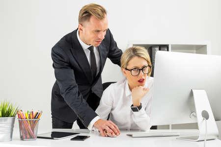 Office werknemer wordt geïrriteerd door haar baas Stockfoto