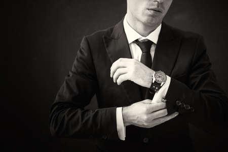 Zwart-wit beeld van het bedrijfsleven man tot vaststelling van zijn shirt Stockfoto