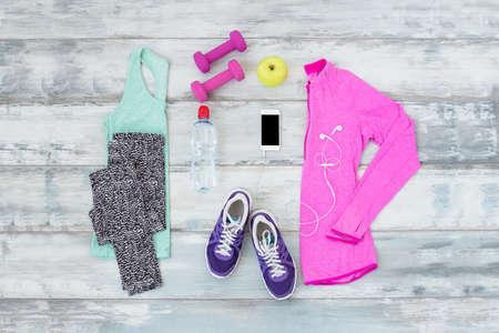 ropa deportiva: kit de entrenamiento en el piso de madera Foto de archivo