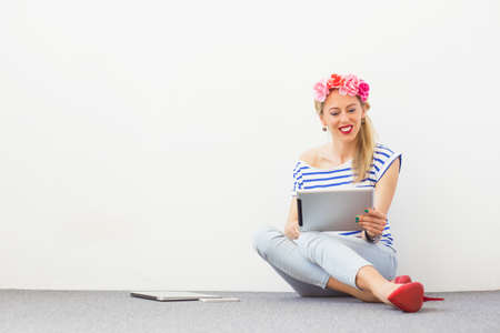 blogger: Fashion blogger using tablet