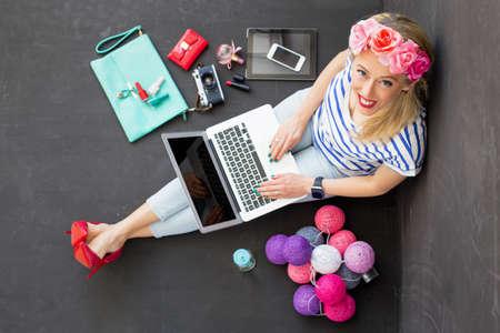 Fashion blogger met computer opzoeken Stockfoto