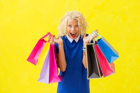 Opgewonden vrouw met boodschappentassen