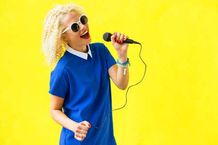 musico: Mujer que canta y usando el micrófono Foto de archivo
