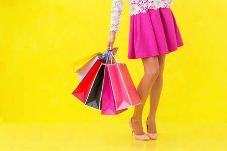 Mujer que sostiene muchos bolsos de compras