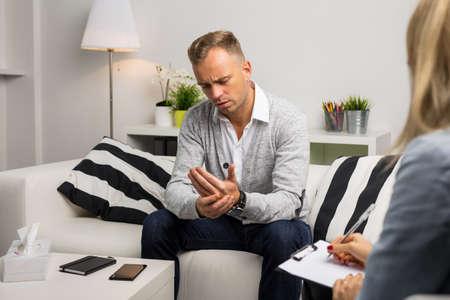 Depressieve man een bezoek aan artsen kantoor voor therapie