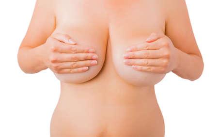 Mujer que cubre sus pechos desnudos