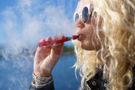 Vrouw roken e-sigaret