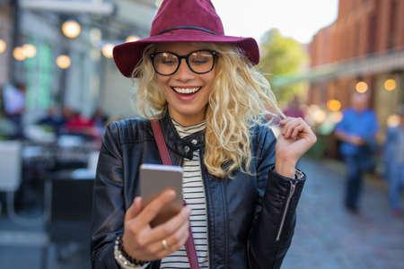 personen: Gelukkig en grappige vrouw op zoek naar haar telefoon Stockfoto