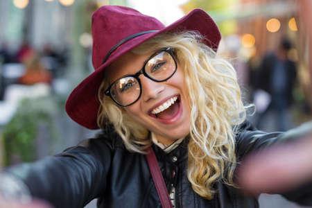 Mulher engraçada moderno tomando selfie