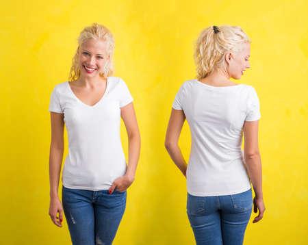 Vrouw in witte V-hals T-shirt op gele achtergrond