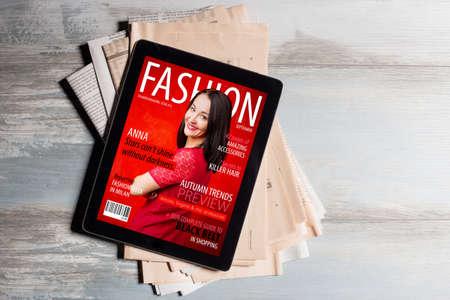 태블릿에 패션 잡지 표지 스톡 콘텐츠