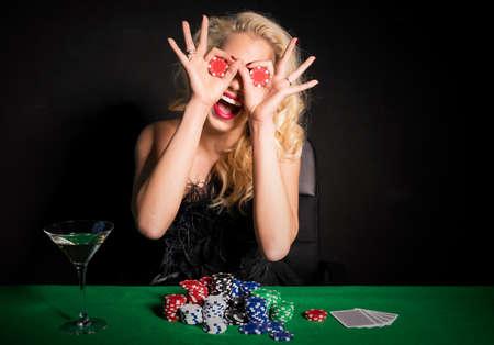 Vrouw die grappig gezicht met poker chips