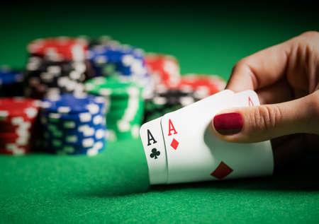 Persoon toont haar dek bij het pokerspel
