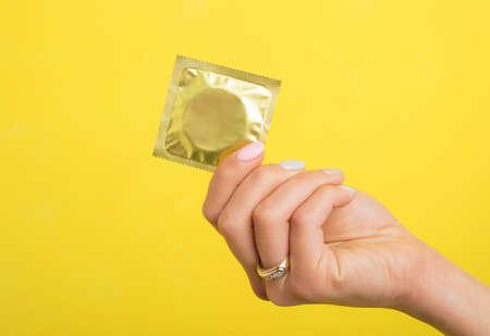 Vrouw die een condoom