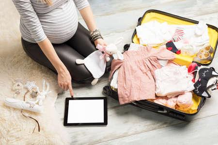 Zwangere vrouw verpakking voor ziekenhuis Stockfoto