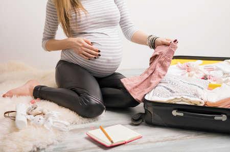 Frauenverpackungsbabykleidung für Krankenhaus Lizenzfreie Bilder