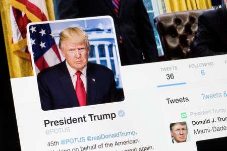 RIGA, ŁATWA - 27 stycznia 2017: Oficjalne konto Twitter Prezydenta Stanów Zjednoczonych (POTUS). Publikacyjne