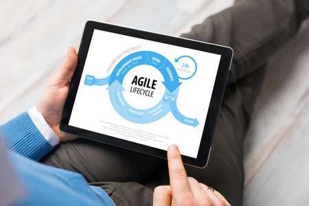 ciclo de vida: Agile lifecycle graph on tablet computer Foto de archivo