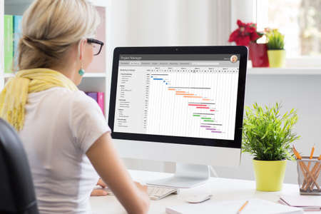 Woman using Gantt chart for project management Banque d'images