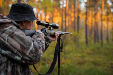 Hunter gericht op geweer