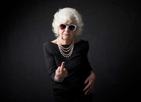 Grand-mère renversant les gens hors Banque d'images - 72658893