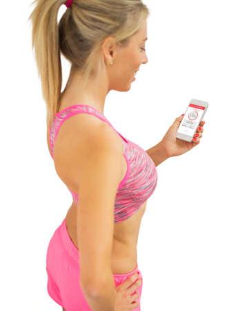 Mulher apta usando aplicativo em execução Imagens - 72778129