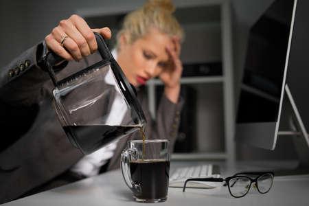 Vrouw gieten koffie in de kop