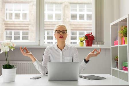 Vrouw in het kantoor mediteren