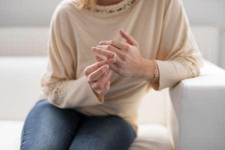 그녀의 결혼 반지를 벗고 여자