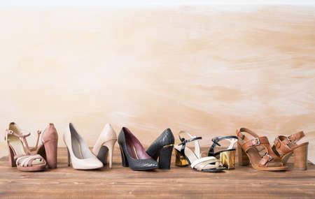 나무 바닥에 다른 여자의 신발 스톡 콘텐츠