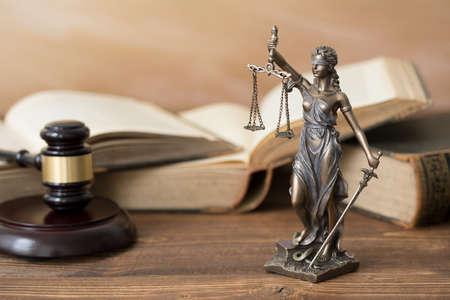 テミス像、本と木製のテーブルの小槌