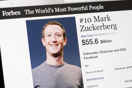 RIGA, LETONIA - 24 de febrero de 2017: lista de la revista Forbes de Los mundos más poderosos People.Number 10 el cofundador y CEO de Facebook Mark Zukenberg. Editorial