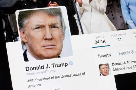 RYSKI LATVIA, Luty, - 02, 2017: Prezydent Stany Zjednoczone Ameryka Donald Trump Świergotowy profil. Publikacyjne