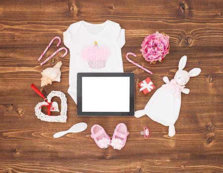 bebes recien nacidos: Newborn babies clothes and tablet
