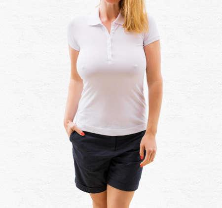 女性の白いポロシャツ モックアップ