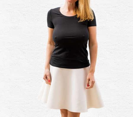 空の黒い t シャツに白い背景の上の女性