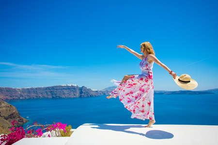 Libre feliz mujer disfrutando de la vida en verano Foto de archivo - 78820474