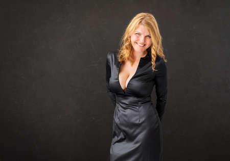 黒の背景に黒いドレスの女性