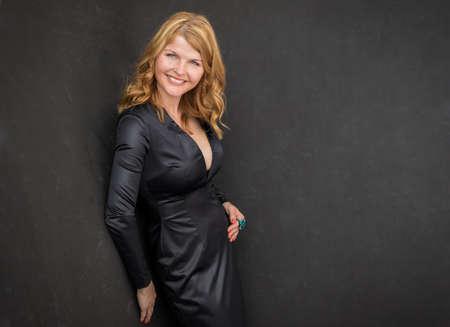 黒いドレスでセクシーな女性