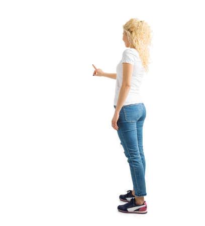 Vrouw die met vinger op witte achtergrond richt