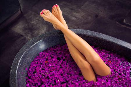 Mooie vrouwenbenen in bad Stockfoto
