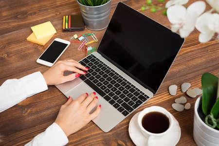 Frau Eingabe auf Laptop-Tastatur