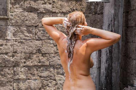 nackte frauen duschen im freien