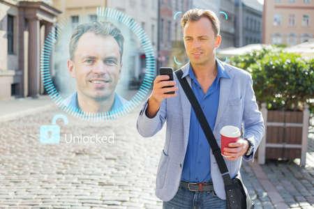El hombre desbloquea su teléfono móvil con tecnología de reconocimiento facial y autenticación